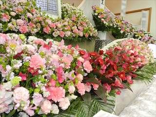 赤やピンクが特徴の花祭壇